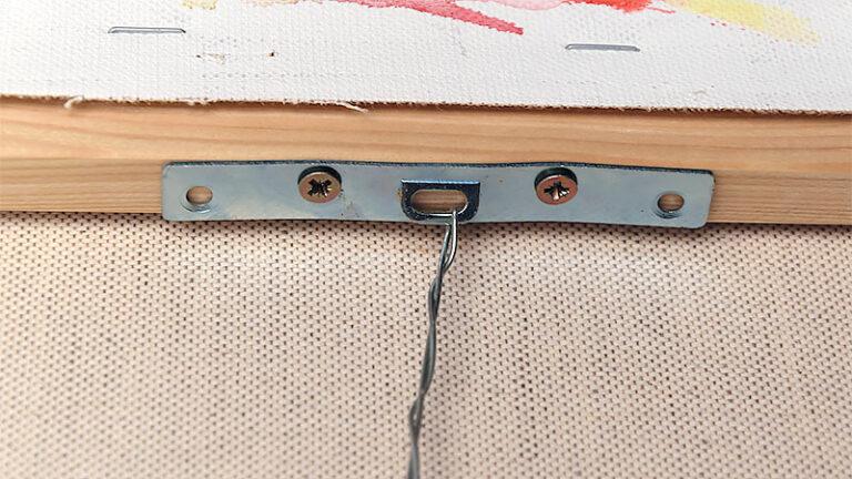 Gode beslag, skruer og wire sikrer malerier bliver på væggen