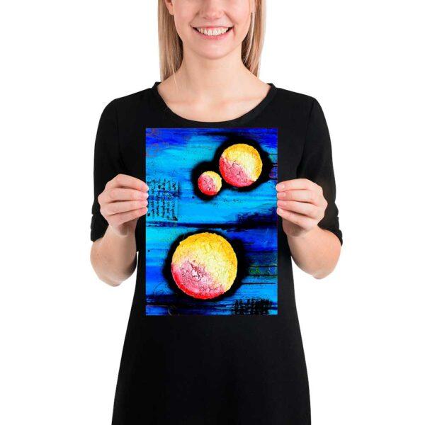 Små kunst plakater er perfekte til at lave din helt egen unikke billedvæg på værelset eller i stuen, soveværelset, køkkenet eller badeværelset Sphere I 20x30 cm