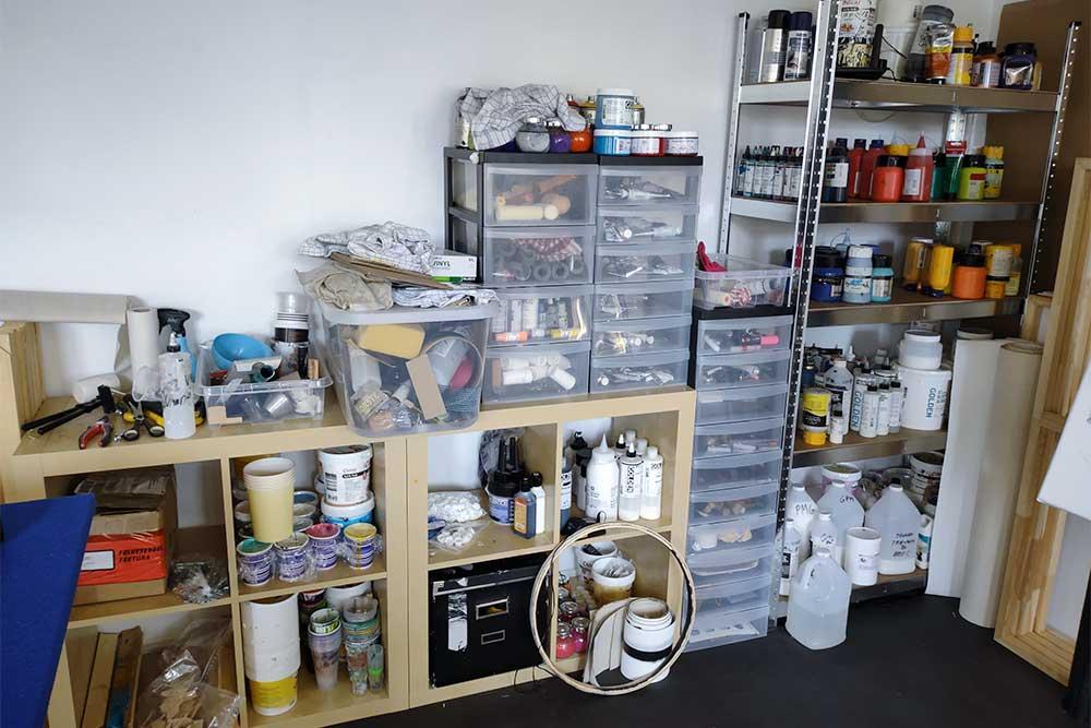 Mit atelier med mine maleredskaber, maling og medier