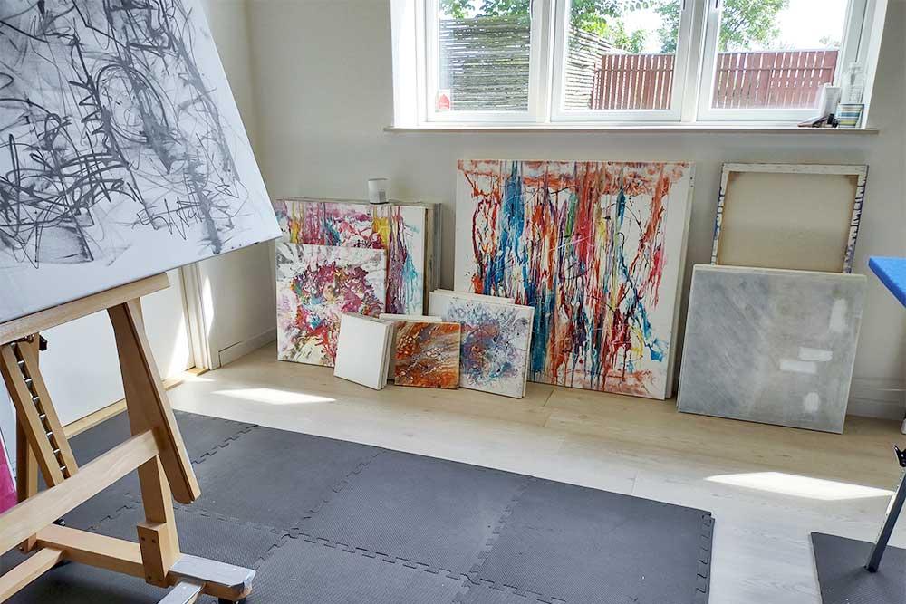 Her er nogle af de små lærreder jeg er i gang med at male i mit atelier