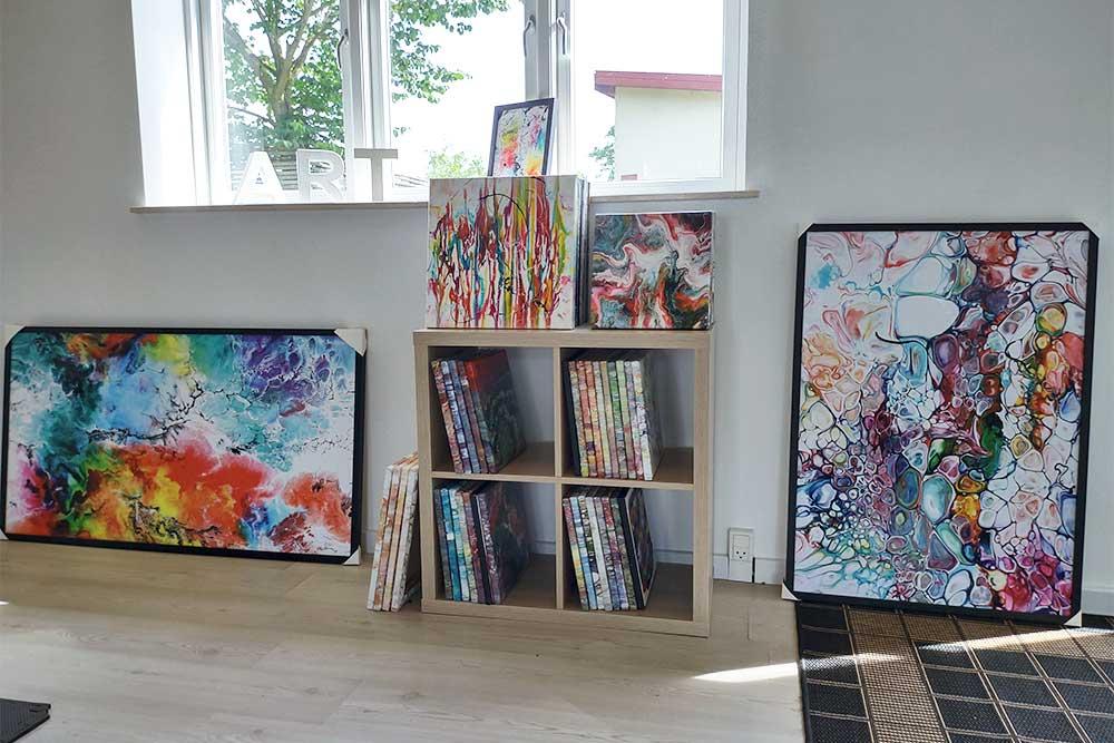 I galleriet kan du se små malerier og kunst plakater