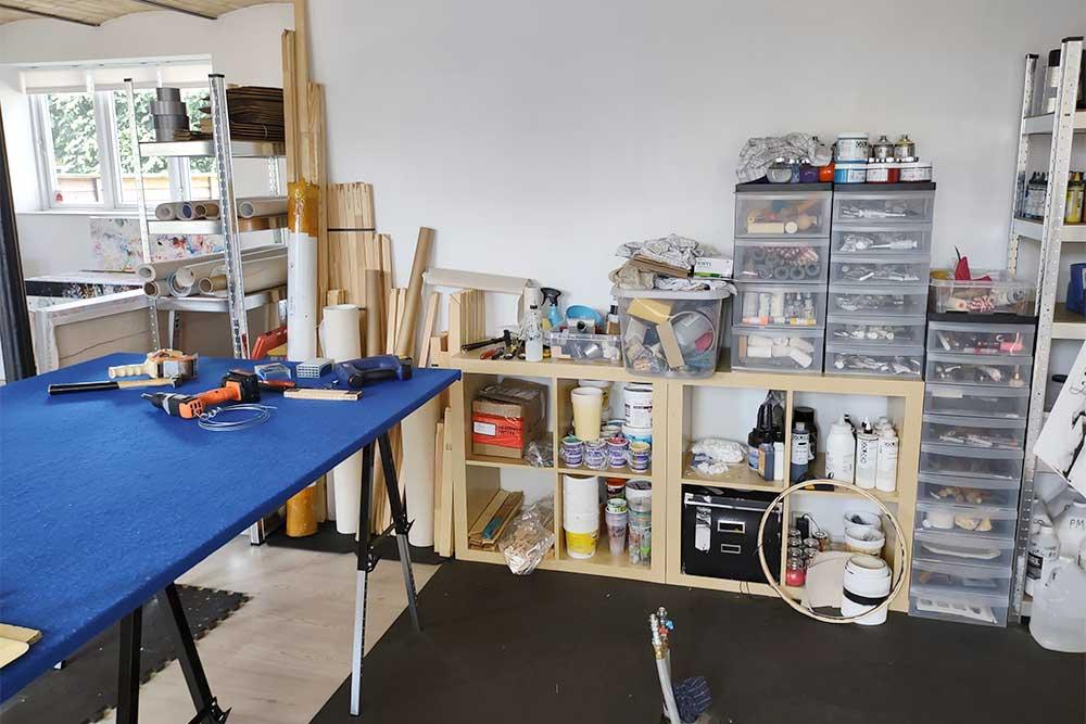 Mit atelier har et arbejdsbord til samling af rammer og lærreder